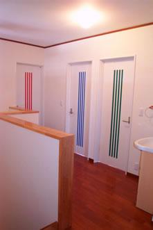 2階は、カジュアルに部屋のドアで色分けを。