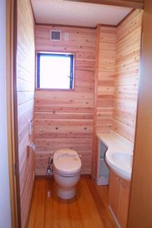 トイレはゆったりとできる様、トイレカウンタ-を設置。