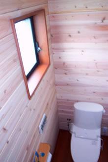 0.5坪のトイレでも圧迫感を解消する為、松下電シャワレインSシリ-ズを採用。